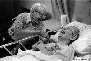 Prendre soin de la peau d'une personne âgée. dans 5 - SOCIO-ESTHETIQUE : rire-300x199